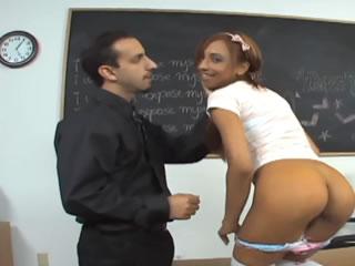 美国学校的嫂子和老师在桌子上性交
