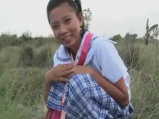 真实生活东南亚女孩室外