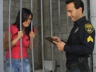 女性监狱中的未说出口的男警察