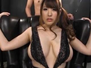 撫摸巨大的乳房