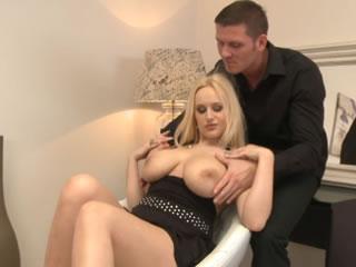 金�l女郎想分享她的大乳房