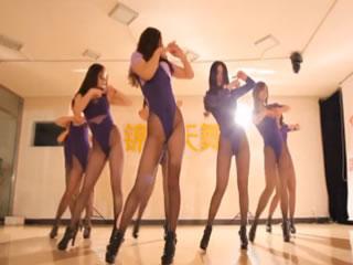 8个女孩的性感丝袜跳舞
