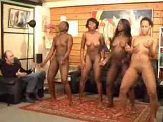 非洲女性组充分裸体舞蹈