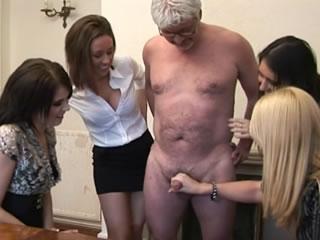 四个女性荡妇帮助变态的老人