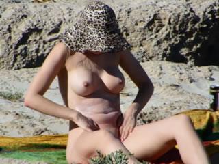 Dziewczyna nudystów na greckiej plaży