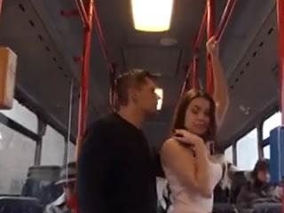 公共汽车上的女孩拿起乘客