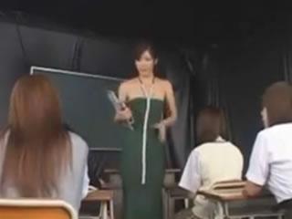 日本制服女孩学校女孩打屁股灌肠