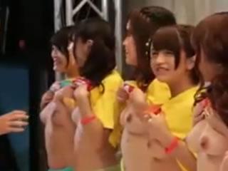 日本女友發布會公共場合裸體給粉絲摸奶