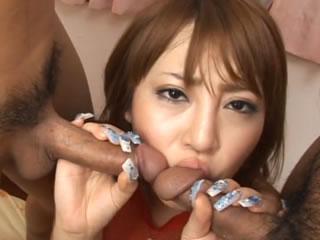 日本巨乳女演员和两个男性口交3P