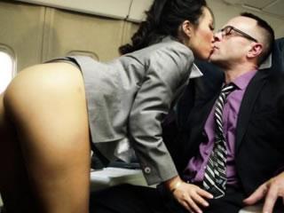 性感的亚洲空乘人员爱在飞机和白色乘客的爱