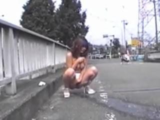 日本少女大街上尿尿