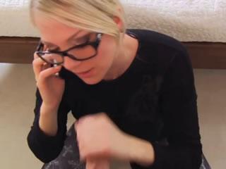 金发女郎和她的妹妹打电话来帮助她的姐夫