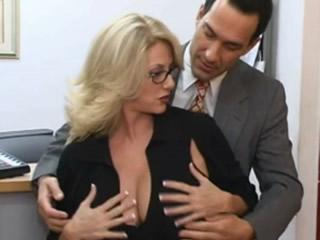 成熟的金发大乳房秘书给老板一个隐藏的规则表蝴蝶