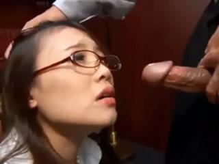 日本眼镜女秘书强迫老板口交