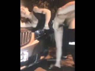 Азиатская пара ночь в машине доггинг