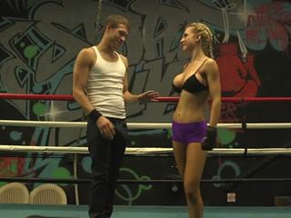 拳击鬼女孩和她的教练热情洋溢地表演。
