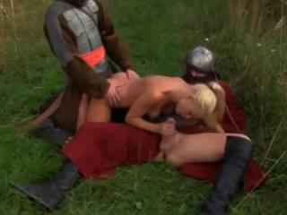 欧洲古代金发女郎在户外遇到两名士兵
