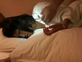 性感的小侄子穿着睡衣在我的房间里喝。醉了,直接去睡觉了。我先玩它,然后努力工作。