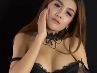 Азиатская девушка в черном белье