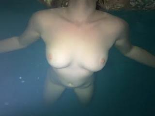 下游美丽的裸体水与美丽曲线美