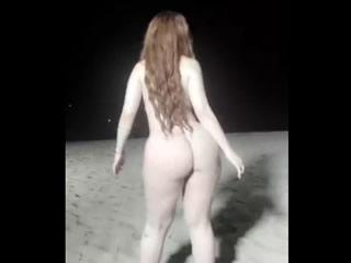 印度女孩夜海滩裸体舞蹈