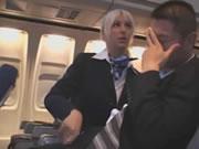 漂亮空姐在飛機上幫乘客打飛機