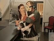 狂歡節女傭在廚房和男主人肛交射精