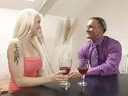 金髮美女紅色內衣幹她的男人