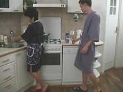 剛沖完涼的兒子在廚房把他後媽給搞了