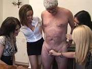 四個女騷婦幫變態老男人擼管
