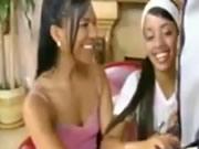 拉丁兩個女孩把大屌像雪糕一樣舔