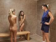 体操のコーチは実験 2 人の女の子をキャッチします