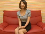 日本全裸家政婦在家看色情雜誌不耐寂寞自摸起來