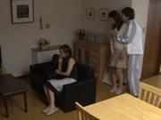 妻はテレビを見て彼女の友人の夫をレイプ