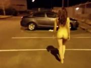 Menina asiática andando no estacionamento