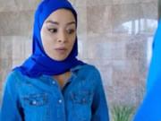 Μικροσκοπικό έφηβος μουσουλμανική Fucked από δύο μετακινούμενοι