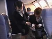 Stewardessa Azjatka daje gorące Handjob na samolot
