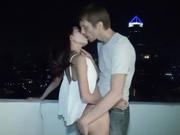 洋大屌探訪亞洲 泰國清邁找來18歲嫩妹晚上在酒店陽台 激情吹簫後入做愛