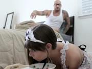 女僕被她的主人拍屁股和粗暴性交